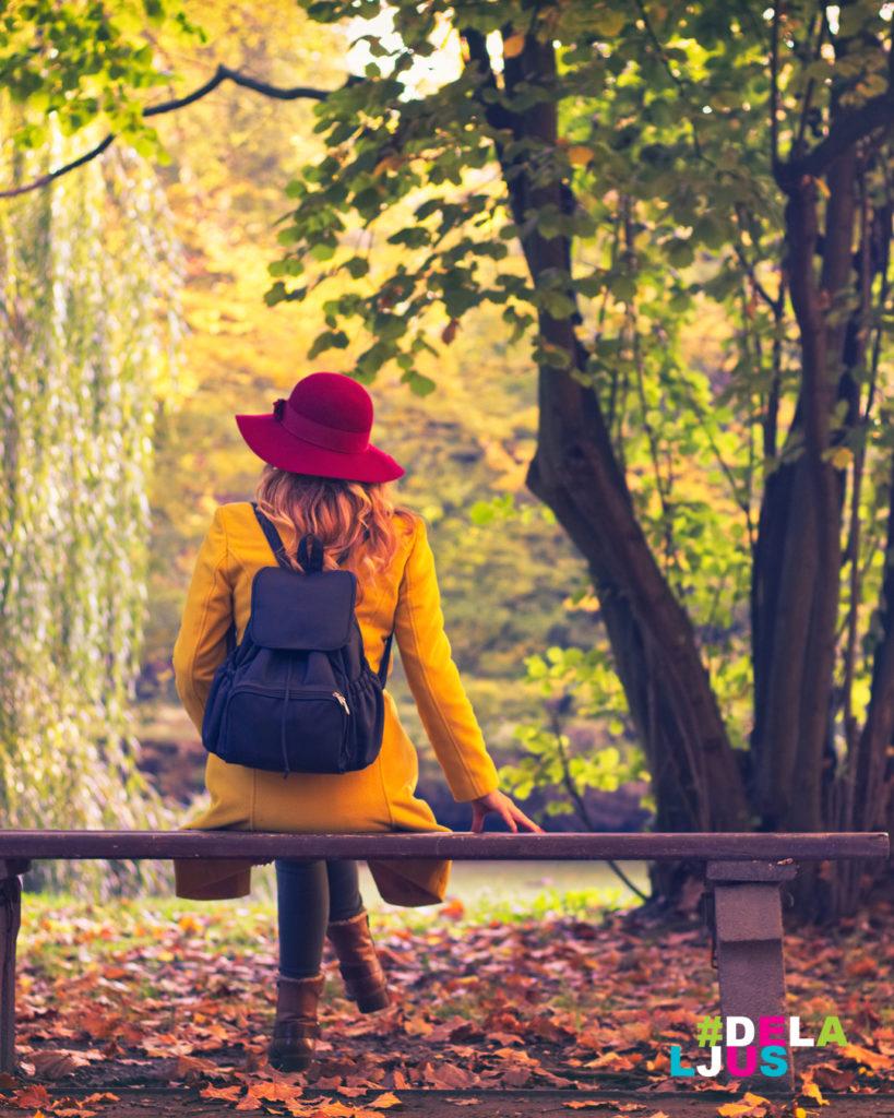 Kvinna njuter av naturen